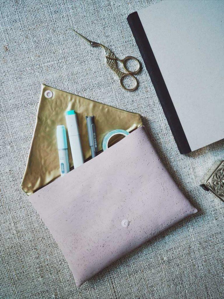 Goldene Clutch im Briefumschlagformat